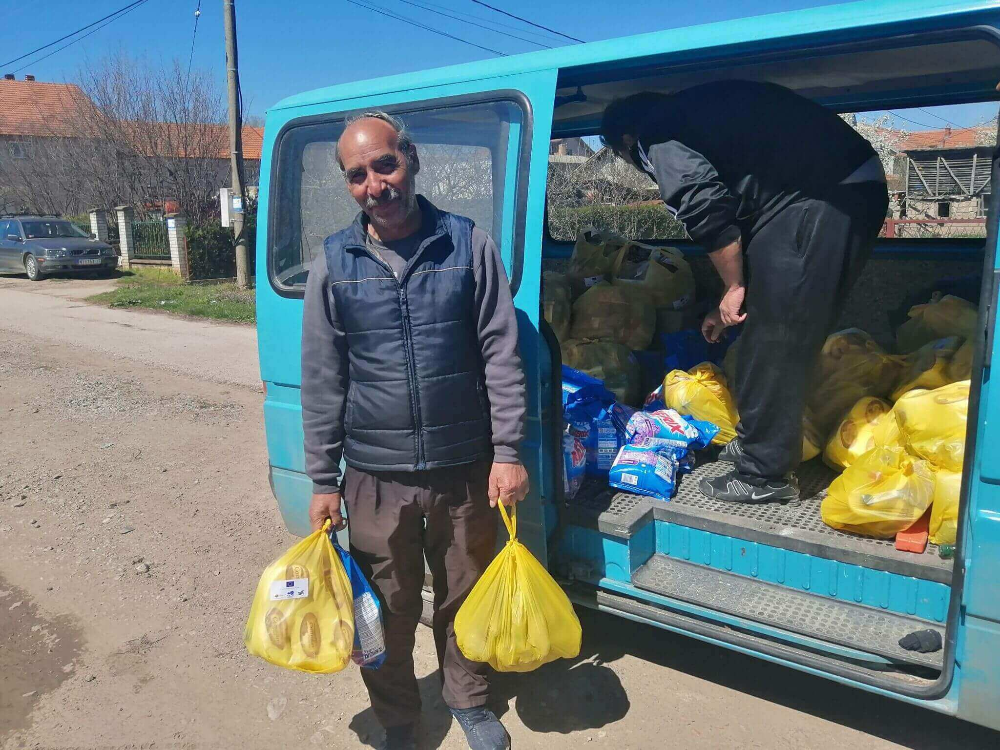 Donation of 40 packages of food and hygiene products to the most vulnerable Roma families